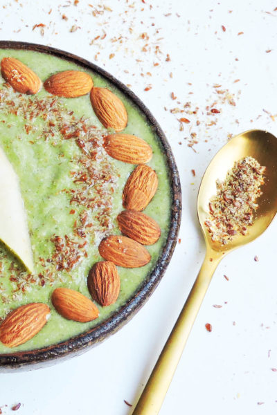 Creamy Vegan Pear and Kale Smoothie Bowl